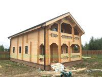 двухэтажный коттедж из двойного бруса с балконом